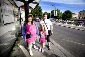 Ida-Maria Engberg, Mackenzie Weijland och Cailin Laing visste inte om att busstrafiken letts om i går. De hade tagit sig från Kolforsen för att sedan ta bussen från Gävle till Furuviksparken.
