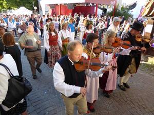 Spelmän från Dalarna tog täten under länets midsommarfest i Almedalen under söndagen.