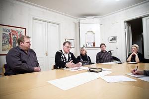 Roland Bäckman (S), Örjan Fridner (S), Yvonne Oscarsson (V), Kenneth Forssell (V) och Ingela Gustavsson (V) i samtal efter söndagens möte med SRD.