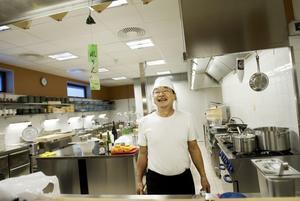 Tsukasa Takeuchi trivs i nya köket på Stadsdel Norr. Det är stora ytor och gott om svängrum.
