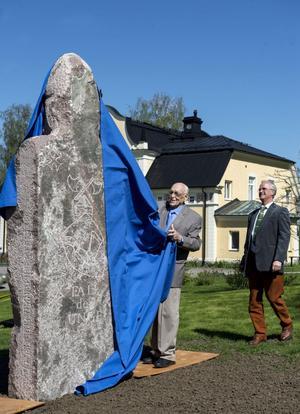 Sten Rigedahl och Staffan Smeds från Fale Bure Akademin avtäckte stenfiguren som föreställer en medeltidsriddare vid namn Fale Bure den unge.