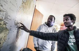 Ismail Abdulrahman och Saddam Hissein pekar ut Darfur på en karta – ett område där de en gång bodde och där folkmord sker sedan 2003.
