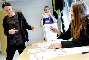 Mattias Kågström fick slicka igen en hel del valkuvert under skolvalet. Oskar Svanberg kryssade för valdeltagarna i röstlistorna.