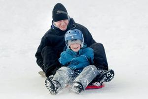 Oskar Westlund, fem år, susade tillsammans med pappa Roger nerför pulkabacken i Hemlingby på en snöbräda.