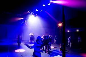 Arrangörerna hade ordnat tre dansgolv på Maxim när Gävles högstadieungdomar hade insparksfest för att fira det nya läsåret. Ikväll är det gymnasieelevernas tur.
