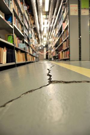 Det är så här det ser ut i bibliotekets källare. Bokhyllor svajar på golvsprickor som orsakas av svällande skiffer underifrån.