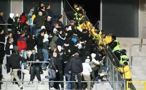 Oktober. Oroligheter utbryter på läktaren när VSK möter Hammarby TFF på Swedbank Park.