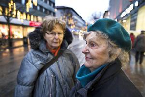 """Berit Eklund, 76, och Lissy Björkstedt, 89, är inte rädda för att gå ut ensamma. """"Jag kan självförsvar och det har gett mig självförtroende. Men jag är kanske lite övermodig"""", säger Berit Eklund. """"Och jag har ofta gångstavar som jag kan använda för att försvara mig med. Annars tror jag att jag kan prata mig ur situationer, jag är bra på att prata. Men jag tror gott om människor"""", säger Lissy Björkstedt."""