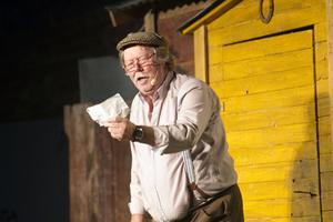 I huvudrollen som Oskar ses Kecke Lundberg. Pjäsen inleds med att han kliver ut ur sin lilla stuga en morgon och ställer sig och pinkar mot husknuten.
