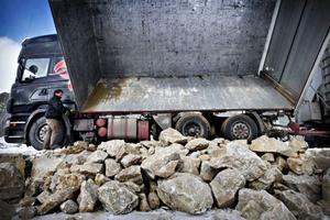 """Här ligger 12–13 ton gul dolomit från Masungsbyn. Den levererades i går av lastbilschauffören Peggen Blomberg som lastat den i Norrbotten på sin väg hem från Nordnorge. """"Jag tror att det här är den femte leveransen som jag kört hit och jag hoppas få fler om jag har vägarna förbi"""", säger han.Lasterna med dolmit levereras dels av åkare likt Peggen Blomberg som hämtar en last för att inte behöva köra lastbilen tom längs vägarna, dels av Jämt-kross egna lastbil. En leverans ligger på mellan 12 och 40 ton."""