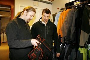 KUNDVÄNLIGT. Karl Hedin bygghandel i Hofors får bästa betyg när tidningen Byggaren granskar 13 olika butiker i södra Norrland. Här hjälper platschefen, Robert Persson, stamkunden Peter Larsson att hitta ett par nya arbetsbyxor.