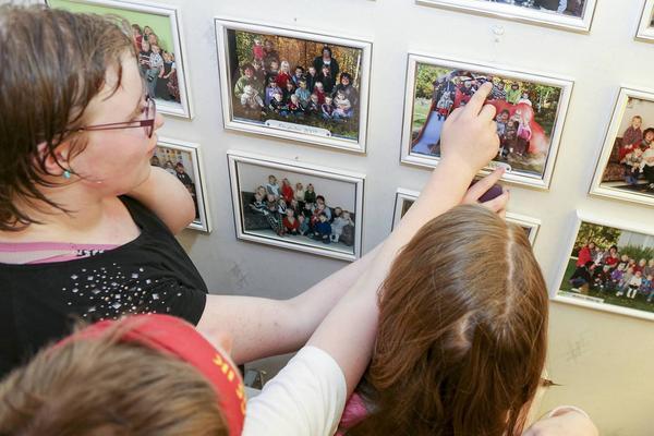 Där är jag! En vägg var full med gruppfoton från dagistiden.