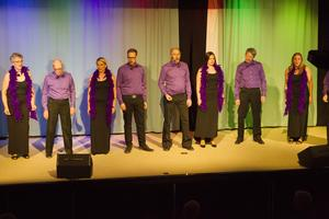 Revymedlemmarna bjöd på flera sångnummer.