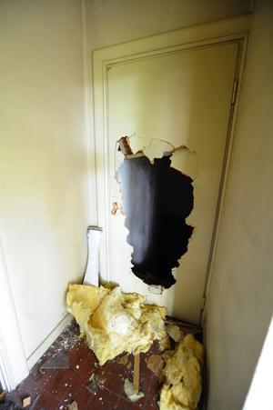 Dörren ner till källaren har vandalerna slagit sönder. Foto:Kjell Jansson