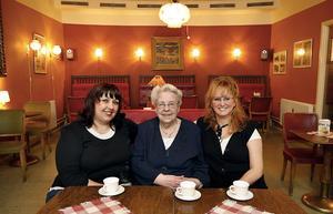 För åtta år sedan köpte Dida Lafta Pallas av Magdalena Nilsson, och i mitten sitter Marie-Louise Flemskog som drev konditoriet i 20 år.