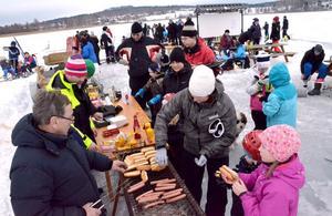 Man blir hungrig av att vistas ute i friska luften. Föreningen Brunnsjöns Vintervänner sålde 250 korv med bröd under dagen.