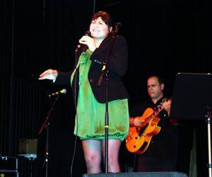 Karolina Vucidolac och gitarristen Nelsin Faria i trion Trio Nosso. Foto: Bernt Carlsson