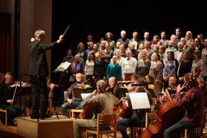 100 körsångare och Gloriakören under ledningen av dirigent Göran Sjölin tog väl hand om Johannes Brahms dödsmässa Ein Deutsches Requiem och sänkte ett lugn över det vackra Kulturhuset i Ytterjärna.