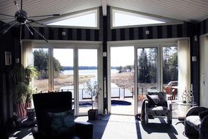 Från vardagsrummet ser man sjön Trösken.