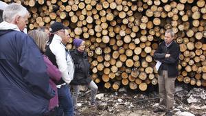 Karl Hedin berättade för Skogstyrelsens styrelse och generaldirektör Monika Stridsman, i lila mössa, om hur det gick till att ta reda på all den brandskadad skog som Karl Hedin AB ägde.Foto: Seth Jansson