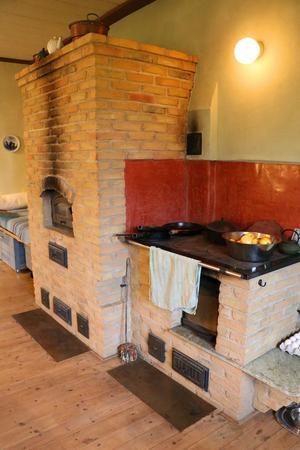 I köket finns en rejäl så kallad massugn som ger bra värme kalla dagar. Där finns också en taditionell vedspis, allt är nybyggt.