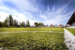 Vill bli självförsörjande. En varm sommardag håller Jernvallens konstgräsmatta cirka 40 grader. Den värmen vill nu arenabolaget ta tillvara för lagring i berggrunden enligt en ny svensk metod.