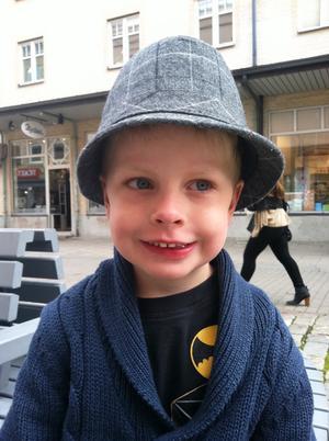 """TRENDIG. Neo Nilsson, 4 år, från Gävle har haft många hattar redan. Den här är alldeles ny. """"Jag fick syn på den i dag och ville ha den"""", berättar Neo."""