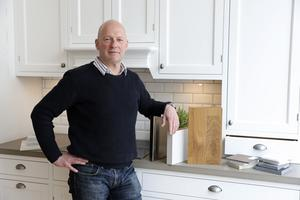 Tom Sifversson i ett kök med betongskiva, ett material som är medeltåligt för fläckar och kräver lite skötsel, men som är behagligt att se och arbeta på. Betong görs sällan tunnare än fyra centimeter eftersom den annars lätt går sönder i hanteringen.