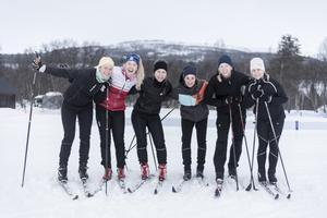 Från vänster Tone Pederssen, Hanna Slotte, skidlärare, Maria Nygren, Hanna Blomqvist, Sofia Öberg och Josefina Thomsson. Skidåkning kombinerat med programmering, yoga, god mat och mys fungerar.