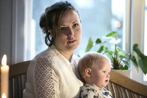 Emma sitter med Sara, 14 månader, i knät och berättar att det verkliga engagemanget i Svärdsjö väcktes när bilden på den lille drunknade syriske pojken spreds över världen i höstas.