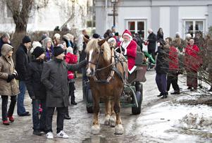 På julafton krävs det naturligtvis även att tomten är närvarande. Sångarna gjorde entré med häst och vagn. Och då passade några på att även hälsa på hästen Berta.