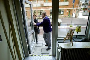 Till träffpunkten ska man känna sig välkommen. Det har Karl-Gunnar Berglund tagit som sin huvuduppgift. Här möter han Irene Nordström i dörren. Hon har aldrig varit där förr, men har blivit nyfiken av allt positivt hon hört.