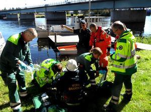 Räddningspersonal tar hand om kvinnan.