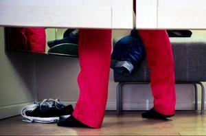 """Rött är visserligen sött, men i kväll är det svarta brallor som gäller. Patriks Combo framträder med Lena Philipssons schlagerdänga """"Det gör ont"""" i dansbandstakt.""""Håll inte bara tummarna, rösta också"""", hälsar de till länsborna."""