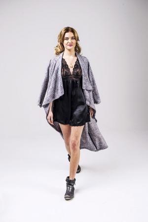 Efter: På väg mot 2014 helt rätt stajlad i klänning, bomullskappa och kängor.