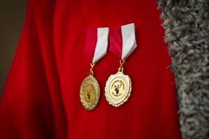 Skinande medaljer är en av belöningarna för att delta i tomtespelen.