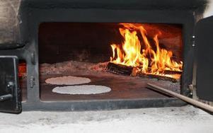 Bagugnen som tagits i drift igen efter mer än 80 år, eldas med brjökved och kan ta två kakor åt gången.