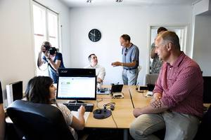 Vänsterledaren Jonas Sjöstedt är en varm förespråkare för förkortad arbetstid och var nyfiken på hur Örnsköldsviksföretaget Brath klarar sig med sextimmarsdag. På fredagen gjorde han ett besök hos företaget – och imponerades.