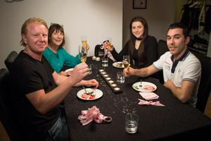 Andreas Bosell, Jenny Helldahl, Rebecka Larsson och Joseph Iuliano är de fyra falubor som deltar i matlagningsprogrammet Halv åtta hos mig. Foto: TV4