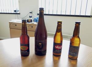 Här är några av ölsorterna som Jädraöl brygger. Ölet i den stora flaskan är ett suröl och framställs tillsammans med ett bryggeri i Uppsala.