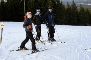 Elin med föräldrarna Maria och Mattias Folkesson var några av dem som basade på att njuta av skidåkning på Byråsen när backen öppnade på lördagen.