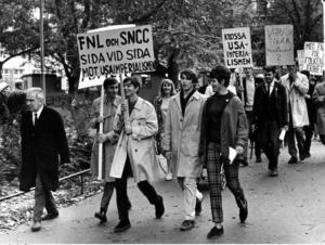 Mammas och pappas solidariska övertygelse har präglat mig genom livet och i dag är jag stolt över mina föräldrar och min uppväxt. Bilden från en FNL-demonstration, 1967.   Foto: TT