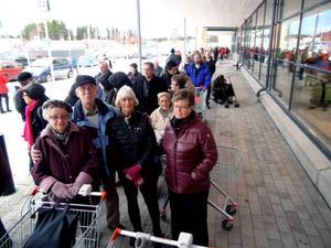 Köande konsumenter till ICA Kvantum i går morse, vittnar om det stora intresset för livsmedelshandeln i Östersund. Nyhetens behag var så klart en av drivkrafterna under onsdagen, men striden om matkunderna har intensifierats, om det kan vi vara övertygade.