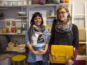 Clare Grennan och Laura Cafferty visar upp två favoriter bland designprylarna i sin nyöppnade Irish design shop.