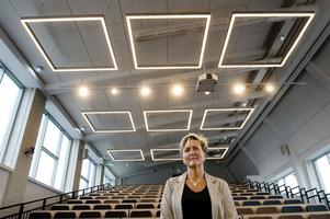 Lena Ivarsson i den största hörsalen. Teleskopgradängen går att trycka i hop för att frigöra golvyta.