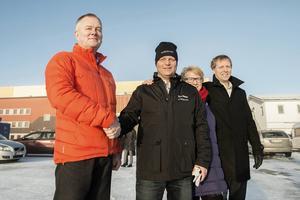 Nicklas Nyberg skakar hand med säljaren Anders Ek, Metsä. I  bakgrunden kommunalrådet Ewa Lindstrand och Mikael Aamisepp, Big Green Data.