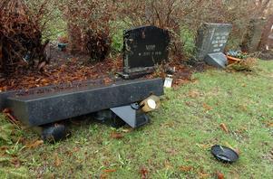 På våren är det många gravstenar som ramlar omkull.