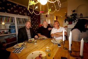 Peter Bergman, Björn Lindkvist och Thomas Hägg käkar lite middag och väntar på valresultatet. Jag har ingen aning om hur det kommer att gå, sa Peter Bergman innan resultatet var uppräknat.