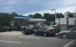 Så här ser det ut på bensinstationerna, berättar Maja Slobodnik. Alla vill tanka bilen full.