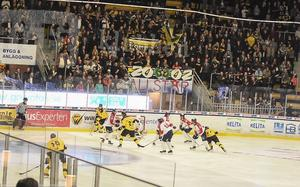 VIK öppnade säsongen med att slå favorittippade Mariestad inför drygt 3 000 åskådare efter en mäktig vändning i tredje perioden. Sedan dess har Gulsvart bortsett från två plumpar fortsatt att visa pondus och kvalitet.